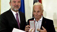 Goldenes Ehrenzeichen für Klaus Eberhartinger