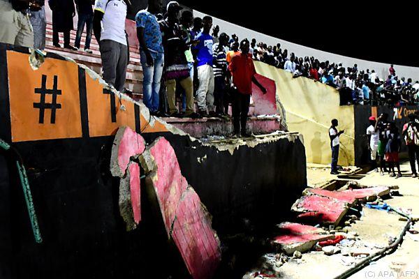 Im Stadieon stürzte nach Krawallen eine Mauer ein