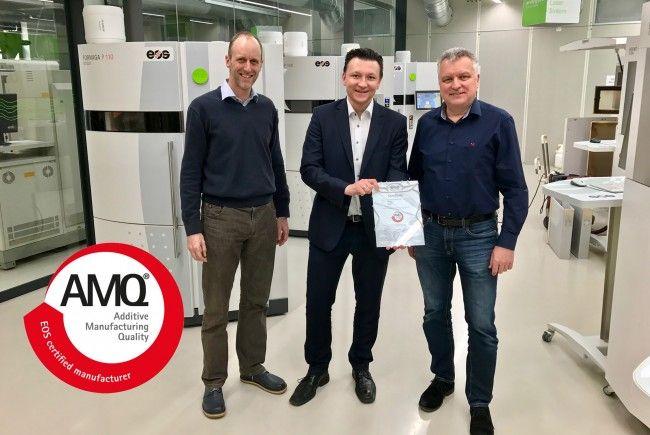 Gregor Reischle vom Weltmarktführer EOS (Mitte) überreicht Markus Schrittwieser, Rapid-Prototyping-Leiter bei 1zu1 Prototypen, (links) und Wolfgang Humml, Geschäftsführer von 1zu1 Prototypen, das AMQ-Siegel für herausragende Qualität beim Lasersintern.