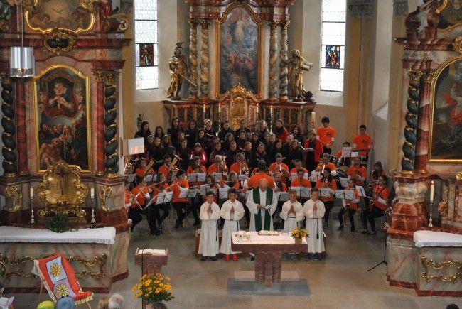 Die Jugendkapelle Nüziders und der Mädchenchor in der Pfarrkirche Nüziders