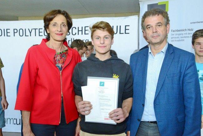LR Bernadette Mennel und Dr. Christoph Jenny gratulierten Fabian Vögel zu seinem handwerklichen Können.