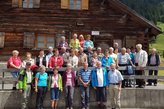 Die Seniorinnen und Senioren aus dem Silbertal mit Hannes Albrecht