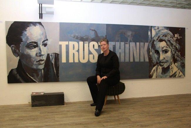 Die begnadete Künstlerin Sigrid Hutter vor einem ihrer zahlreichen, großformatigen Arbeiten