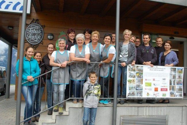 Ivonne Vallaster mit ihrem Team und den zahlreichen freiwilligen Helfern.