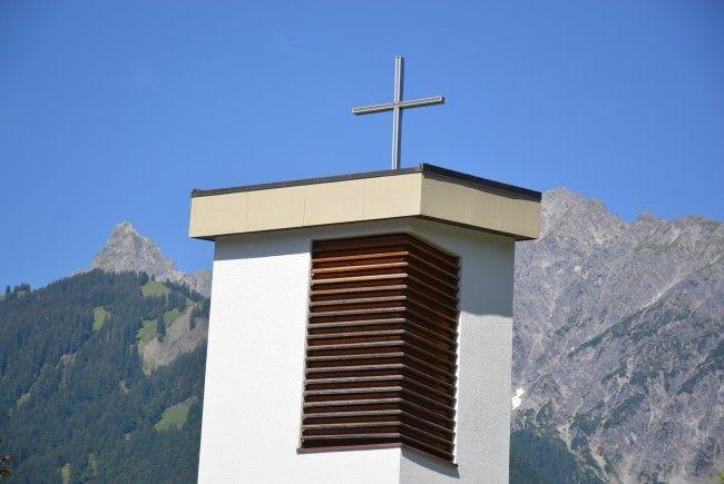Teilansicht des Turmes der Pfarrkirche St. Josef in Gantschier, Zimba und Vandanser Steinwand im Hintergrund