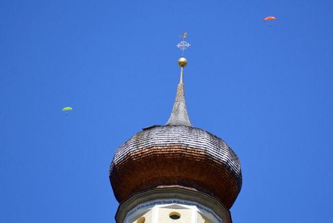 Teilansicht des Schrunser Kirchturmes