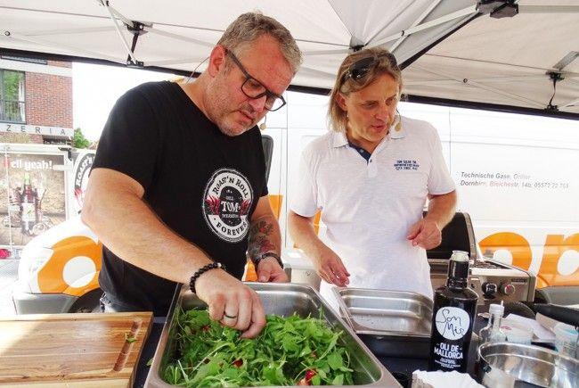 Grillprofi Tom Heinzle und Küchenprofi Christian Suter in Action auf dem Grillmärktle.