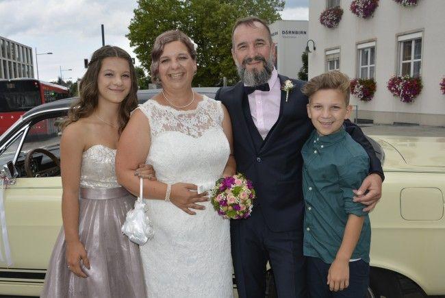 Das Brautpaar mit Jana und Jonas bei der standesamtlichen Trauung in Dornbirn.