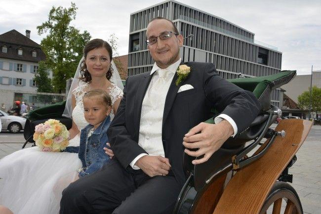 Das Brautpaar, frisch vermählt, wurde mit der Pferdekutsche beim Standesamt abgeholt.