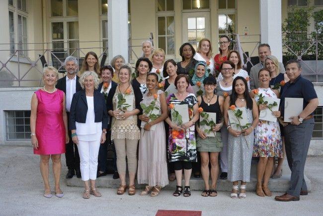 Mit Zertifikat und Blumen zeigen sich die erfolgreichen Absolventen der 23. Heimhilfe-Ausbildung.
