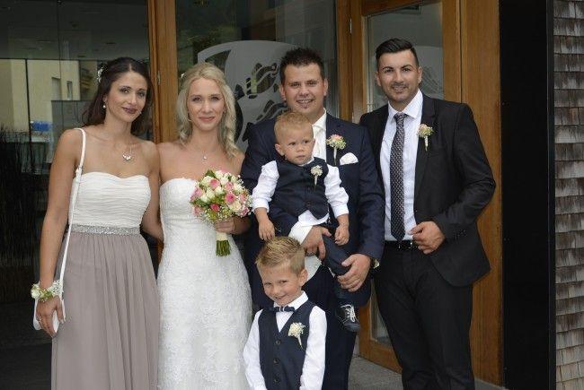 Das Brautpaar mit  Trauzeugen und Kindern bei der standesamtlichen Trauung in Schwarzach.