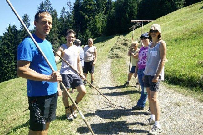 Singles aus dem Walgau erhielten beim gemeinsamen Heuen die Gelgenheit, sich beim gemeinsamen Tun näher kennenzulernen.