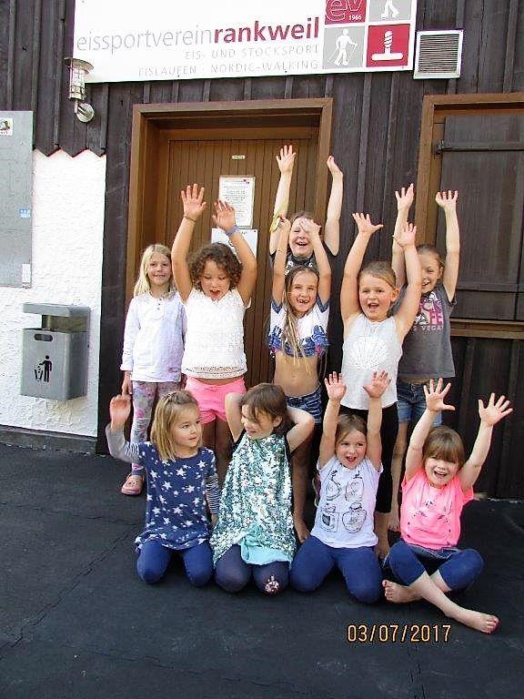 Kinder begrüssen die Ferien!