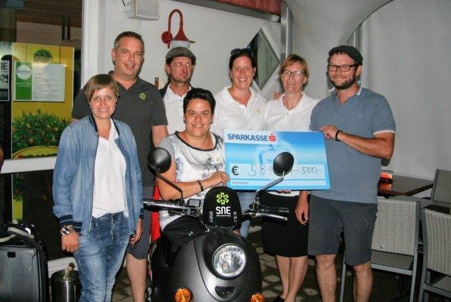 """""""Hand ind Hand""""-Obfrau Katja Hammerer freute sich über die großzügigen Spenden."""