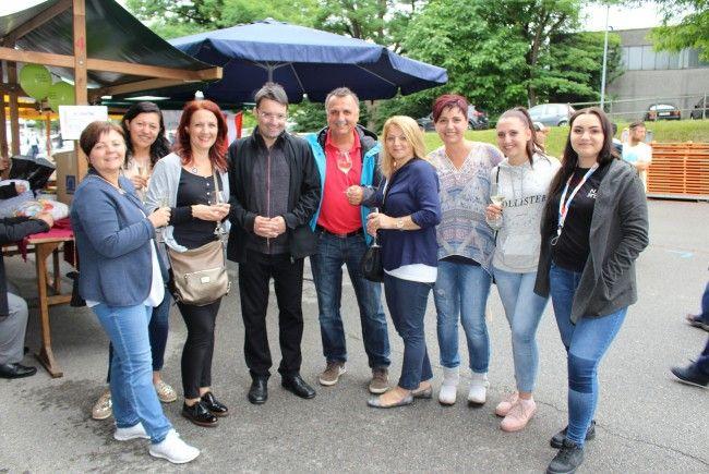 Pater Gottfried Wegleitner mit Vesi Marcovic, Familienlotsin Elvira Dolovic und  Freundinnen