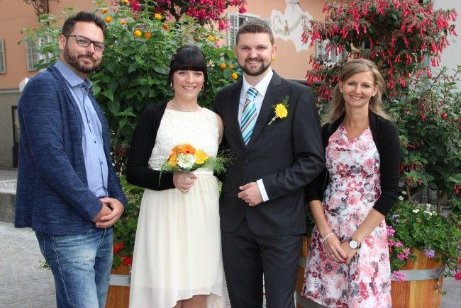 Das frsich vermählte Paar mit seinen Trauzeugen
