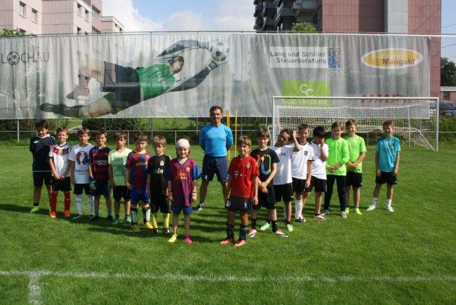 Buben und Mädchen von fünf bis 14 Jahren sind zum Fußball-Nachwuchs-Camp des SV Typico Lochau im Stadion Hoferfeld herzlich eingeladen.