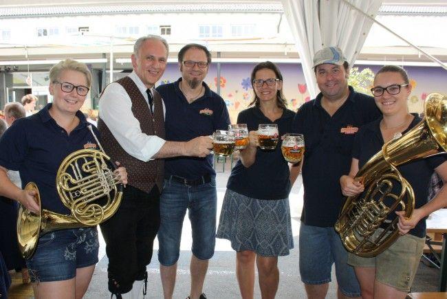"""Die Musikanten laden Jung und Alt zum traditionellen dreitägigen """"Lochauer Dorffest"""" in die überdachte Open-Air-Arena im Schulhof."""