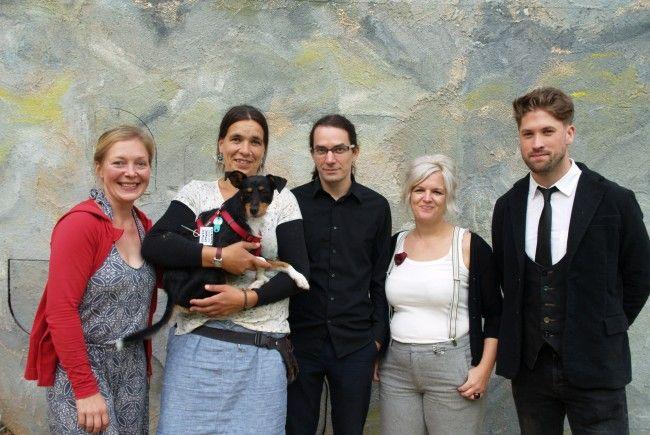 Regiesseur und Autor Thomas A. Welte (Mitte) mit Organisatorin Marie Ruback, Bühnenbildnerin Mandy Hanke, Nicole Wehinger (Kostüme) und Max Unützer (Musik).