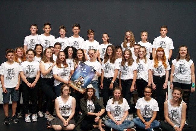 """Die musikbegeisterten Jugendlichen studierten eigene Songs und Coverversionen für die """"Cross Culture Night 2017"""" ein."""