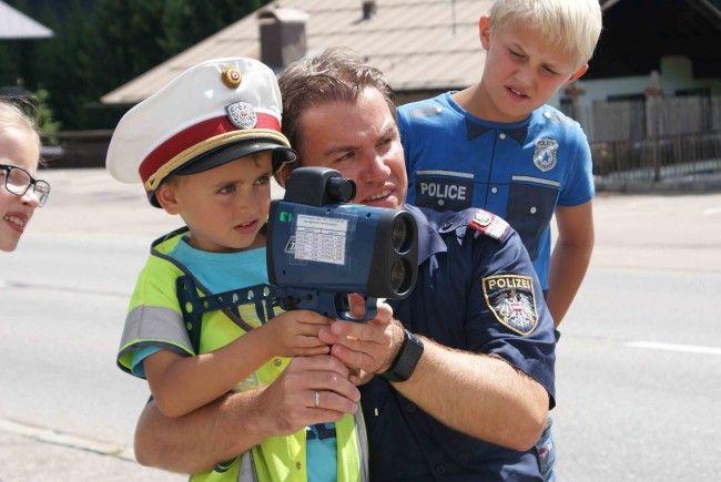 Martin Furlan erklärte Vätern und ihren Kindern die Arbeit als Polizist.