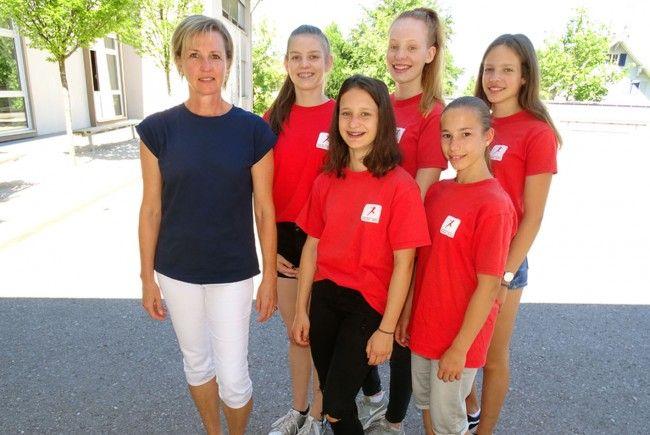 Renate Moosmann mit ihren erfolgreichen Leichtathletinnen der Sportmittelschule Markt.