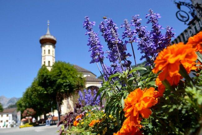 Pfarrkirche Schruns; im Vordergrund Blumen des Hotel Taube