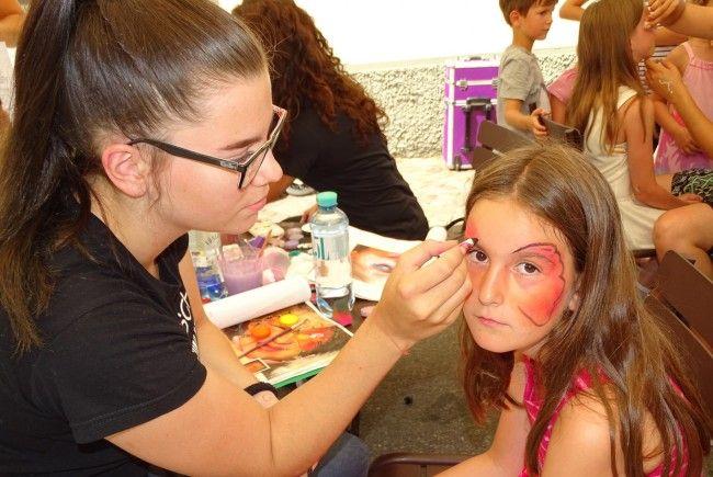"""Kinderschminken am Stand der Offenen Jugendarbeit beim """"Familienspaß in d´r Gass""""."""