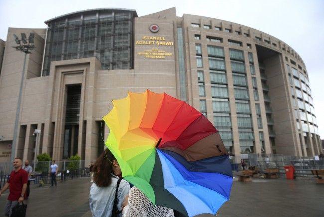 Ein Gericht in der Tükei bestätigte die inhaftierung von sechs Mitarbeitern der Menschenrechtsorganisation Amnesty International.