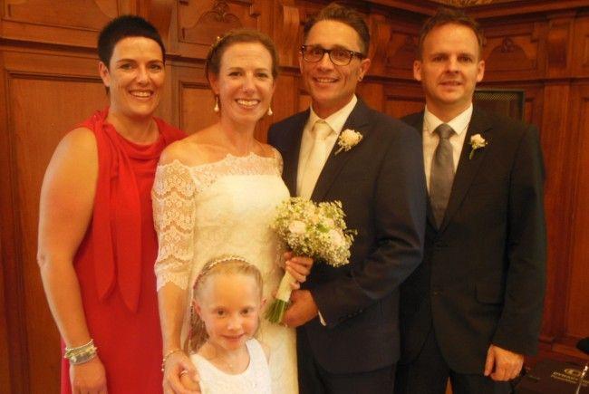 Das glückliche Paar mit Tochter Liliana und den Trauzeugen.