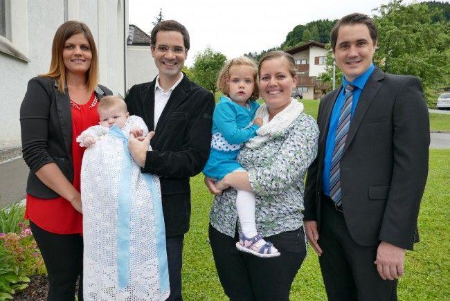 Taufpatin Susanne, Vater Lukas mit Täufling Anton, Mutter Claudia mit Tochter Maria und Taufpate Tobias.