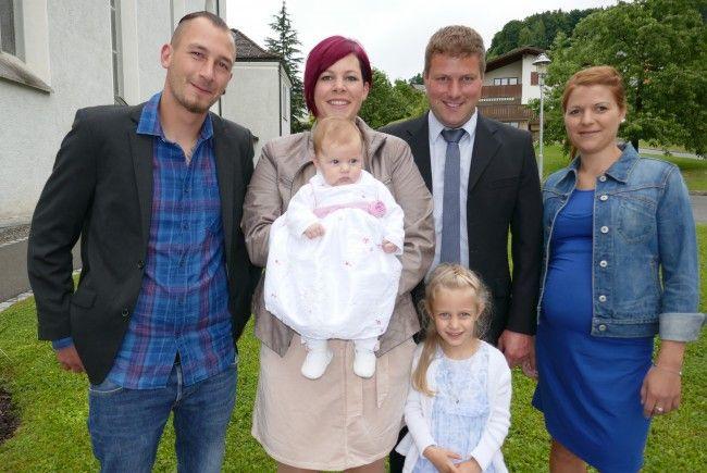 Taufpate Stefan Mittelberger, Mama Doris Mittelberger mit Tochter Lara, Vater Lukas Nachbaur mit Tochter Sofia und Taufpatin Magdalena Nachbaur.