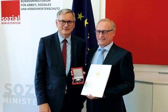 """Sozialminister Alois Stöger (li.) bei der Verleihung des """"Großen Ehrenzeichens der Republik Österreich"""" an AK-Direktor Rainer Keckeis (re.)."""
