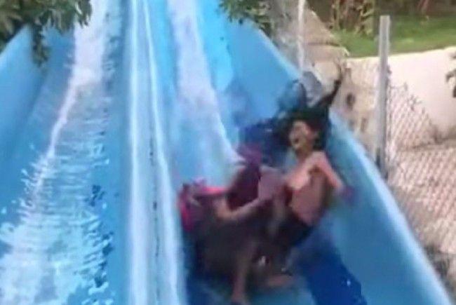 Heftiger Crash in der Wasserrutsche.