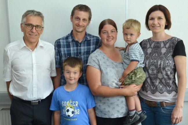 Karl Loacker (Geschäftsführer Loacker Recycling) mit Familie Kathan und Sabine Kadur (Personalabteilung Loacker Recycling) bei der Spendenübergabe