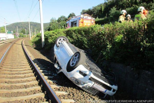 Das Auto landete auf der Südbahnstrecke