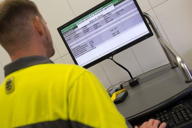 Ein Mitarbeiter des ÖAMTC unternimmt eine Abgasmessung an einem Diesel-Fahrzeug.