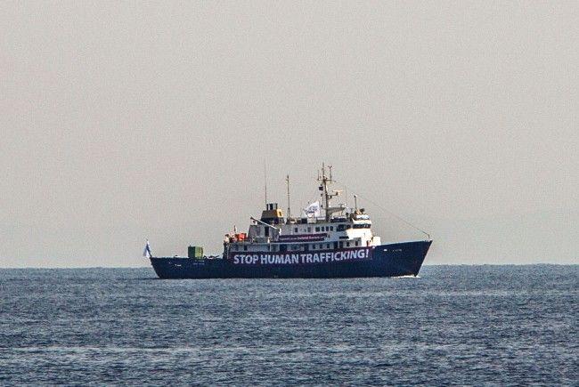 Rechtsextreme in Seenot - Flüchtlingsretter müssen helfen