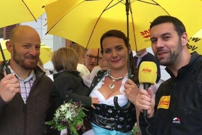 Antenne Vorarlberg bringt Brautpaar Schirme