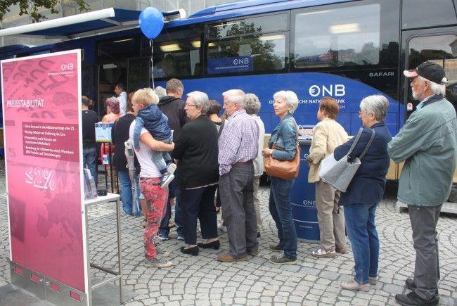 Besucher beim Euro-Bus in Feldkirch.