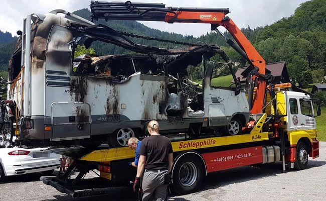 Das Wohnmobil wurde zerstört, ein weiterer Pkw beschädigt.