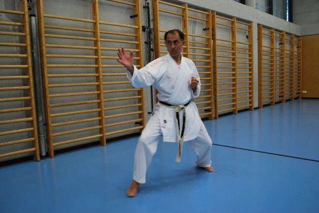 Bundestrainer Dragan Leiler, 7. Dan, trainiert den Kader des Karateclubs Lustenau.