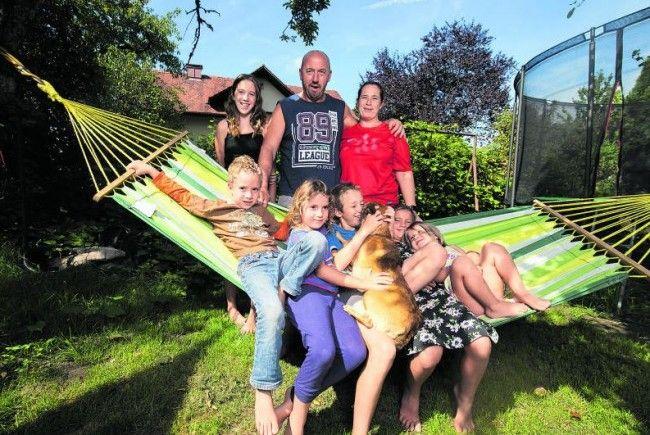 Ein bunter Haufen - die Familie Delpin führt ein Leben als Aussteiger. Den Kindern gefällt der Lebensstil, den sie Zuhause genießen dürfen.
