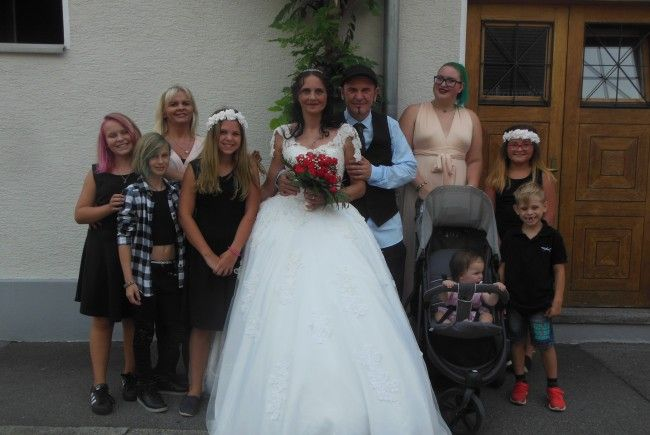 Das glückliche Paar mit den Kindern und Trauzeuginnen.