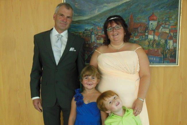 Das glückliche Paar mit den Kindern Fiona und Lorenz.