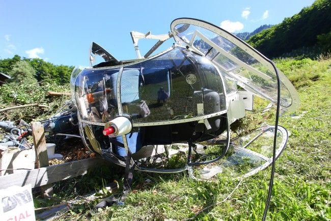 Pilot und Einweiser blieben bei einem Hubschrauberabsturz in Dalaas unverletzt.