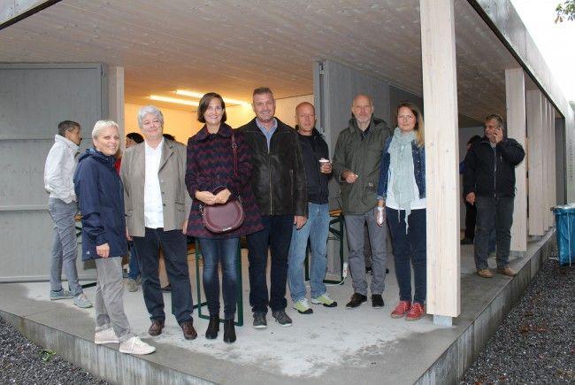 Die neue Servicebox enthält auch ein barrierefreies öffentliches WC (v.l. Margit Brunner-Gohm, Vbm. Doris Amann, Martina Ess, Bürgermeister Anton Metzler, Thomas Berchtel, Nikolaus Schallert und Karoline Knauer)