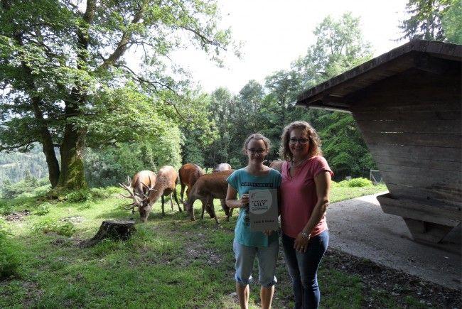 Die Gymnasiastin Lena Fend hat gemeinsam mit ihrer Mama Sabina Smodek die Patenschaft für das Hirschtier Lily übernommen.