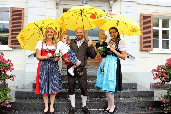 Das Antenne-Team Vorarlberg überraschte das Brautpaar mit sonnengelben Regenschirmen.