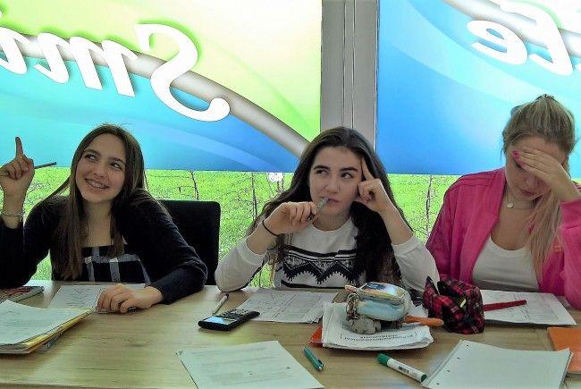 Tara, Leonie und Sara beim Büffeln auf die Matheschularbeit